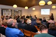 """Knapp 40 Bewohnerinnen und Bewohner des Waldtals waren der Einladung zum Runden Tisch ins St. Martin-Haus gefolgt, um mit Markus Gnüchtel vom Büro GTL und Verantwortlichen der Stadt Marburg den aktuellen Stand des """"Masterplans"""" für die Weiterentwicklung d"""