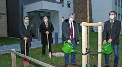 Bürgermeister und Baudezernent Wieland Stötzel (Mitte) feierte im kleinen Kreis die Fertigstellung der Baumaßnahmen an der Adolf-Reichwein-Schule gemeinsam mit den Schulleitern Holger Leinweber (rechts) und Armin Bothur (2.v.l.) sowie Oliver Kutsch vom Fa
