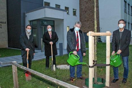 Bürgermeister und Baudezernent Wieland Stötzel (Mitte) feierte im kleinen Kreis die Fertigstellung der Baumaßnahmen an der Adolf-Reichwein-Schule gemeinsam mit den Schulleitern Holger Leinweber (rechts) und Armin Bothur (2.v.l.) sowie Oliver Kutsch vom Fa©Freya S. Altmüller, i. A. d. Stadt Marburg