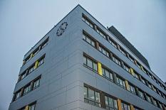 """Nicht nur die Fassade des Block E ist neu, sondern auch die """"Europa-Uhr"""", die von Schüler*innen selbst überarbeitet wurde.©Freya S. Altmüller, i. A. d. Stadt Marburg"""