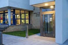 Der neue Aufzug ist direkt neben dem Haupteingang der Schule und ermöglicht barrierefreien Zugang zu allen Gebäuden.©Freya S. Altmüller, i. A. d. Stadt Marburg