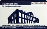 Der neue Bibliotheksausweis zeigt auf der Vorderseite die schlicht gezeichnete Silhouette und Frontansicht der Stadtbücherei in der Farbe dunkelblau, das Logo der Stadt Marburg sowie Adressangaben.©Universitätsstadt Marburg