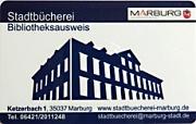 Der neue Bibliotheksausweis zeigt auf der Vorderseite die schlicht gezeichnete Silhouette und Frontansicht der Stadtbücherei in der Farbe dunkelblau, das Logo der Stadt Marburg sowie Adressangaben.