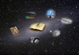 Das Weltall mit Sternen, worin Bücher, eine Zeitschrift, ein Kopfhörer, eine CD, ein Monitor und eine Zeitung schweben.©Universitätsstadt Marburg