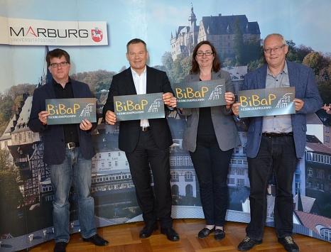 30 Millionen für Marburgs Schulen: Die Stadt Marburg will von 2017 bis 2021 mit dem BildungsBauProgramm BiBaP verlässlich investieren und die Projekte verbindlich festlegen. Die Vorschlagsliste stellten Oberbürgermeister Dr. Thomas Spies (2. v. l.) und Sc©Sabine Preisler, Stadt Marburg