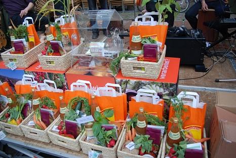 Geschenkkörbe mit Bio-Gemüse und Apfelsaft, sowie fair gehandelten Produkten (Kaffee, Schokolade, Früchte etc.)©Universitätsstadt MarburgFD Umwelt, Fairer Handel und Abfallwirtschaft