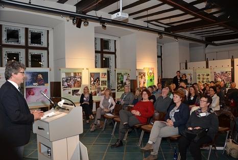 """Bis auf den letzten Platz gefüllt war der Ausstellungsraum zur Eröffnung von """"The Wonder of the Female Body"""", zu der Bürgermeister Dr. Franz Kahle (l.) begrüßte.©Universitätsstadt Marburg - Tina Eppler"""