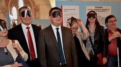 Auch mit Augenmasken kann man die voll inklusive Ausstellung zur Blista-Geschichte bis zum Dezember erleben. Das probierten zum Auftakt Oberbürgermeister Dr. Thomas Spies (2. v. l.), Minister Boris Rhein (3. v. l.), Stadträtin Dr. Kerstin Weinbach (2. v.