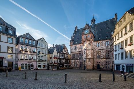 Auf dem Kopfsteinpflaster der Marburger Oberstadt ragen das Rathaus und der Marktplatz.©Universitätsstadt Marburg