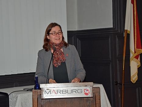 Stadträtin und Kulturdezernentin Dr. Kerstin Weinbach begrüßte die rund 90 Anwesenden und dankte der Blista für ihre Bereitschaft zu dieser öffentlichen Veranstaltung.©Stadt Marburg, Philipp Höhn