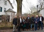 Gemeinsam mit einem der Grundstückseigentümer und weiteren Beteiligten machten sich Bürgermeister Dr. Franz Kahle (2. v. l.) und Gerd Schüssler (l.) vom Fachdienst Stadtgrün, Klima- und Naturschutz ein Bild von dem erkrankten Baum vor Ort.