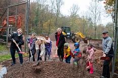 Oberbürgermeister Dr. Thomas Spies (Mitte) setzt zusammen mit den Kindern und Akteur*innen aus dem Waldtal den ersten Spatenstich für die Modernisierung des Bolzplatzes Fuchspass. Die Jüngsten freuen sich schon riesig, auf den neugestalteten Platz zum Spi©Patricia Grähling, Stadt Marburg
