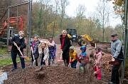 Oberbürgermeister Dr. Thomas Spies (Mitte) setzt zusammen mit den Kindern und Akteur*innen aus dem Waldtal den ersten Spatenstich für die Modernisierung des Bolzplatzes Fuchspass. Die Jüngsten freuen sich schon riesig, auf den neugestalteten Platz zum Spi