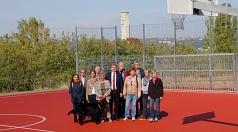 Bürgermeister Wieland Stötzel (Mitte) übergab zusammen mit Vertreterinnen und Vertretern der Stadt und des Ortsbeirats den neuen Bolzplatz auf dem Vitos-Gelände seiner Bestimmung.