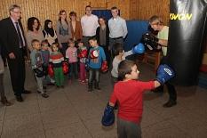 Box-Trainer Ronald Leinbach macht es vor, die Kinder sind mit Begeisterung dabei und lernen neben sportlicher Technik auch Sozialverhalten.©Heiko Krause, Stadt Marburg
