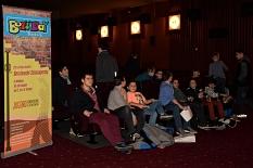 Einige Jungen sammeln sich im Kino Capitol neben dem Boys' Day RollUp zu einem Gruppenfoto, andere Jungen sind noch nicht im Saal.