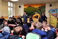 Bürgermeister Dr. Franz Kahle (l.) mit Matthias Gnau von der Jugendförderung bei der Begrüßung der Boys' Day-Teilnehmer in den Räumen des Jugendtreffs im Haus der Jugend.©Universitätsstadt Marburg