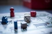 Brettspiel mit Würfel und Figuren