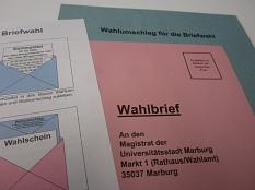 """Briefwahlunterlagen, Umschläge für die Briefwahl sowie ein Informationsschreiben """"Wegweiser für die Briefwahl""""©Universitätsstadt Marburg"""