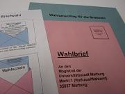 """Briefwahlunterlagen, Umschläge für die Briefwahl sowie ein Informationsschreiben """"Wegweiser für die Briefwahl"""""""