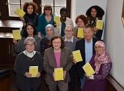 """Oberbürgermeister Dr. Thomas Spies (2. v. r.) hat die Broschüre """"Gegen jede Art von Gewalt an Frauen"""" gemeinsam mit seiner Persönlichen Referentin Elke Siebler (3. Reihe, 2. v. r.), der Leiterin des Gleichberechtigungsreferates Christa Winter (2. v. l.) s"""