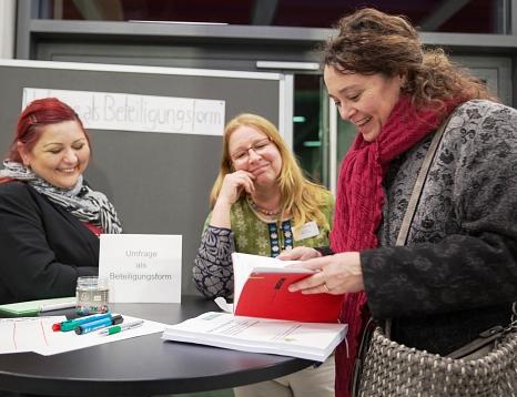 Dr. Griet Newiger-Addy (Mitte), Leiterin der Bürger/innenbeteiligung bei der Stadt, im Gespräch über die Marburg-Umfrage als Instrument der Beteiligung.