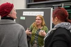 Dr. Griet Newiger-Addy (Mitte), Leiterin der Bürger/innenbeteiligung bei der Stadt, im Gespräch über die Marburg-Umfrage als Instrument der Beteiligung©Stadt Marburg, Patricia Grähling