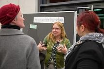 Dr. Griet Newiger-Addy (Mitte), Leiterin der Bürger/innenbeteiligung bei der Stadt, im Gespräch über die Marburg-Umfrage als Instrument der Beteiligung