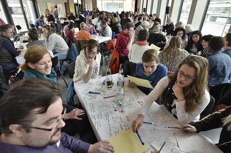 Rund 200 Marburgerinnen und Marburger führten auf Einladung der Stadt zum Auftakt der Bürgerinnen- und Bürgerbeteiligung in World-Café- und Fokusgruppen engagierte Gespräche, sammelten Ideen und Vorschläge, tauschten Erfahrungen aus.©Stadt Marburg, i. A. Georg Kronenberg