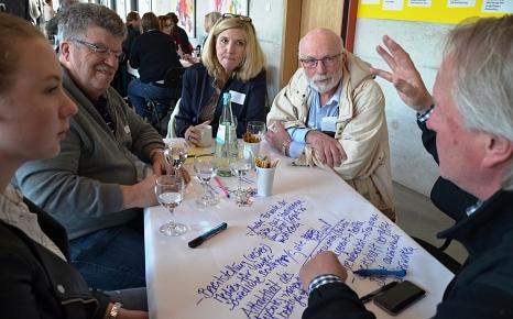 Rund 200 Marburgerinnen und Marburger führten auf Einladung der Stadt zum Auftakt der Bürgerinnen- und Bürgerbeteiligung in World-Café- und Fokusgruppen engagierte Gespräche, sammelten Ideen und Vorschläge, tauschten Erfahrungen aus.©Stadt Marburg, Philipp Höhn