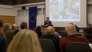 Thomas Engelbach, Fachdienstleiter Tiefbau der Stadt Marburg, erklärt bei der Bürgerinfoveranstaltung die anstehenden Bauarbeiten an der Weidenhäuser Brücke.