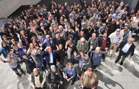 Erwartungen übertroffen: Zur Auftaktveranstaltung für die Bürgerinnen- und Bürgerbeteiligung begrüßte Oberbürgermeister Dr. Thomas Spies gut 200 Marburgerinnen und Marburger im Erwin-Piscator-Haus – hier beim Gruppenbild auf der Terrasse.©(Foto: Stadt Marburg, i. A. Georg Kronenberg)
