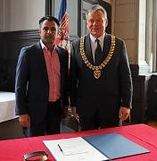 Oberbürgermeister Dr. Thomas Spies (rechts) hat Cllr. Nazim Choudary im Historischen Rathaussaal empfangen, wo er sich ins Goldene Buch der Stadt Marburg eingetragen hat.