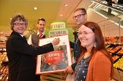 140 Millionen Plastiktüten weniger - als Bild an der Wand wird die letzte Plastiktüte des Rewe-Marktes in der Universitätsstraße daran erinnern. Bürgermeister Dr. Franz Kahle (l.) und Rewe-Inhaber Christian Naumann (2. v. r.) signierten symbolisch die Akt