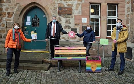 Bürgermeister Wieland Stötzel (2.v.l.), Johannes Maaser vom Fachdienst Gefahrenabwehr (rechts) und Doris Heineck von der Freiwilligenagentur Marburg-Biedenkopf (links) freuten sich über die Spende von der Citypastoral Marburg der katholischen Kirche, die©Thomas Steinforth, Stadt Marburg