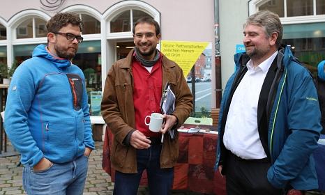 Bürgermeister Wieland Stötzel (rechts) im Gespräch mit den Organisatoren Johannes Maaser (Mitte) und Christian Ackermann (links) vom Fachdienst Gefahrenabwehr der Stadt Marburg.©Stefanie Profus, Stadt Marburg