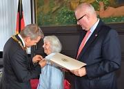 Für ihre herausragenden Verdienste um den Umwelt- und Naturschutz zeichneten Oberbürgermeister Dr. Thomas Spies (l.) und Staatsminister Dr. Thomas Schäfer (r.) Dr. Wiltraud Ackermann mit dem Bundesverdienstkreuz aus.