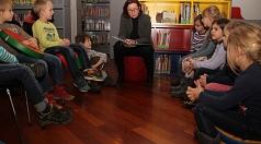 Zum bundesweiten Vorlesetag las Stadträtin Dr. Kerstin Weinbach Vorschulkindern aus Michelbach vor.