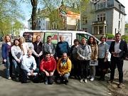 Gemeinsam mit Mitarbeiterinnen und Mitarbeitern der Jugendförderung nahm Fachdienstleiterin Susanne Hofmann (2. v. r.) den Bus entgegen. Mit dabei waren auch mehrere Vertreterinnen und Vertreter von lokalen Unternehmen und Einrichtungen, die den Bus als S