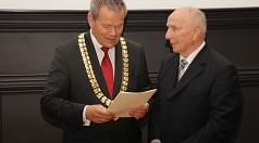 Aus den Händen von Oberbürgermeister Dr. Thomas Spies (l.) erhielt Hans-Christian Sommer das Bundesverdienstkreuz, für Ehefrau Anneliese gab es Blumen.