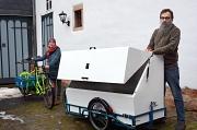 """Charlotte Straka (links) und Bertram Könemung (rechts) von """"Freie Lasten"""" mit der neuen Transportbox, die den zauberhaften Namen """"Rumpumpel"""" trägt."""