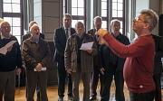 Gemeinsam singen die Männerchöre aus Ockershausen und Maribor beim Empfang im his-torischen Rathaussaal. Auch Bürgermeister Wieland Stötzel (dritter von links) zählt zu den Marburger Sängern.