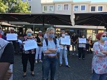 Christel Stroh (Bildmitte) aktiv bei der Mahnwache mit den Omas gegen rechts in Gießen