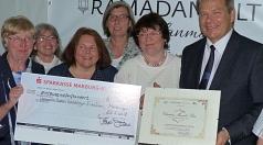 """Oberbürgermeister Dr. Thomas Spies (rechts) zeichnete den Richtsberger Verein """"Lebenswerter Stadtteil"""" mit dem erstmals vergebenen Christian-Meineke-Preis aus"""