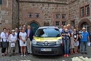 Oberbürgermeister Dr. Thomas Spies (links neben dem Auto, rechts) nahm das von 29 Sponsoren finanzierte Dienstfahrzeug für die Gebäudereinigung gemeinsam mit der Fachdienstleiterin Gebäudewirtschaft und Grundstücksverkehr, Antje Kröpelin (links neben dem