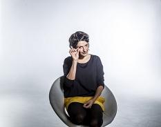 Die Poetin Dominique Macri trägt einen nationalen Meistertitel und stellt ihr Talent beim CitySlam der Städte für Marburg unter Beweis.©Laackman Fotostudios Marburg
