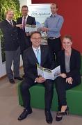 Ab dem 4. Oktober kommt der neue CO2-Sparbrief von Stadtwerken und Sparkasse. v.l. Stadtwerke Geschäftsführer Norbert Schüren, der Vorstandsvorsitzende der Sparkasse Marburg-Biedenkopf Andreas Bartsch sowie Sebastian Finck (Sparkassenberater für regionale