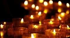 Am Sonntagabend leuchten Lichter in den Fenstern des Rathauses.