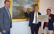 Bürgermeister Wieland Stötzel (Mitte) zeigt zusammen mit Walter Ruth (Fachbereichsleiter Planen, Bauen, Umwelt, links) die Lage des Dammelsbergs auf einem historischen Gemälde. Jochen Friedrich (Fachdienstleiter Umwelt- und Naturschutz). Zeigt auf einer K