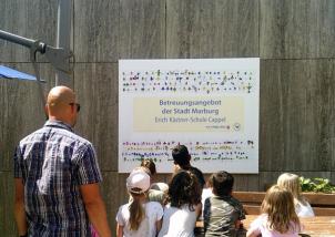Aufhängen des Banners an der Erich Kästner-Schule©Universitätsstadt Marburg